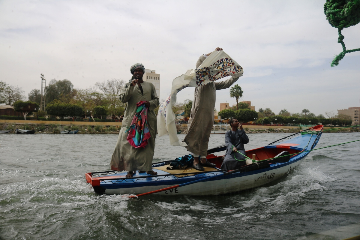 Nile vendors alongside ship